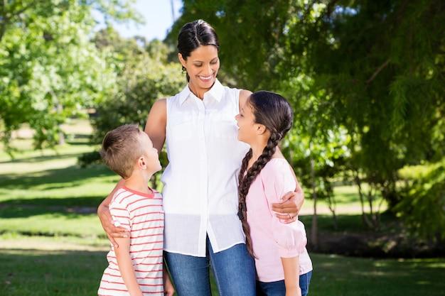 Madre e bambini che interagiscono tra loro nel parco