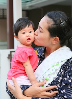 Madre che bacia il suo bambino