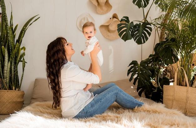 La madre solleva la bambina tra le braccia e la guarda