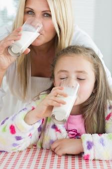 Madre e bambina che bevono latte