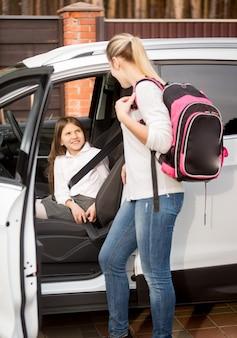Madre che guarda la figlia seduta in macchina