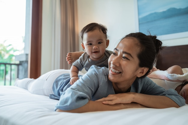 Madre sdraiata a letto con sua figlia