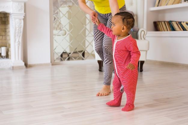 Madre e bambino di razza mista che giocano a casa.