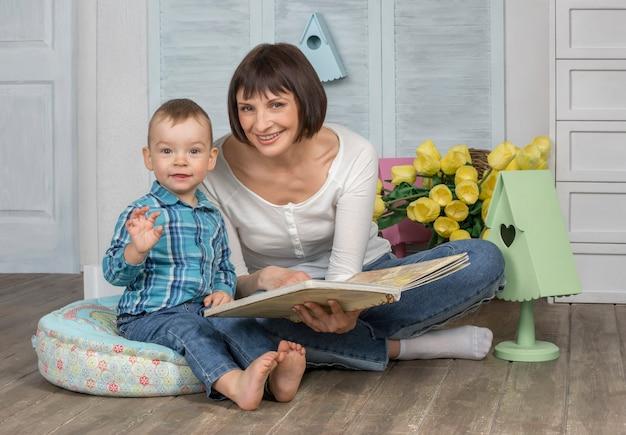 Libro di lettura della madre per il suo bambino