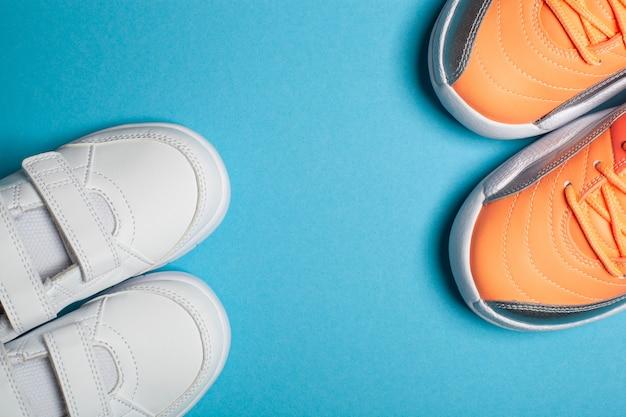 Sport della mamma e del bambino street fashion sneakers bianche e colorate su sfondo blu