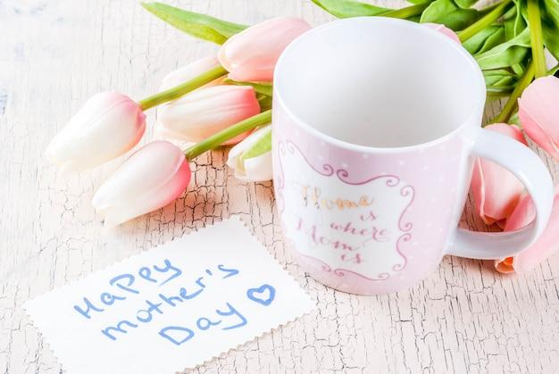 Concetto di festa della mamma, fondo della cartolina d'auguri con i tulipani dei fiori