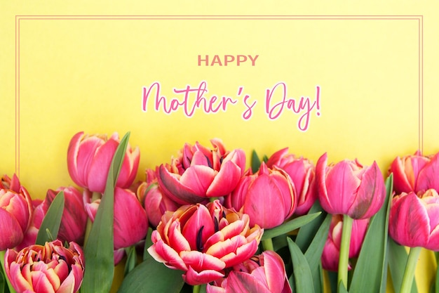 Cartolina d'auguri di festa della mamma con tulipani rosa vista dall'alto su sfondo giallo