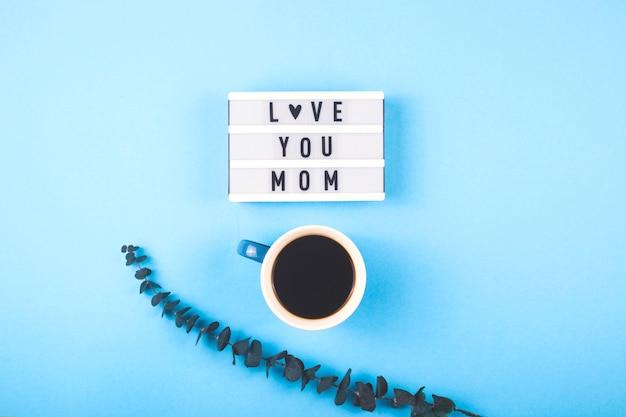Disposizione festa della mamma con caffè ed eucalipto.