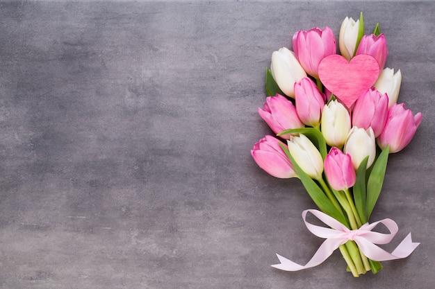 Festa della mamma, festa della donna, pasqua, tulipani rosa, regali su grigio