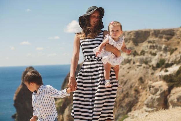 Madre, figlio e figlia che camminano sulla montagna.