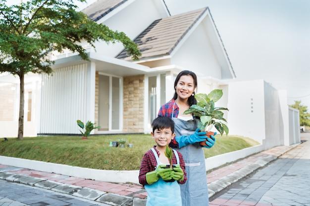 L'attività di giardinaggio del figlio e della madre insieme a casa fa il giardinaggio