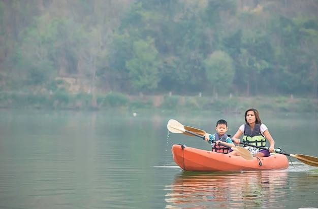 Madre e figlio in kayak nel serbatoio.