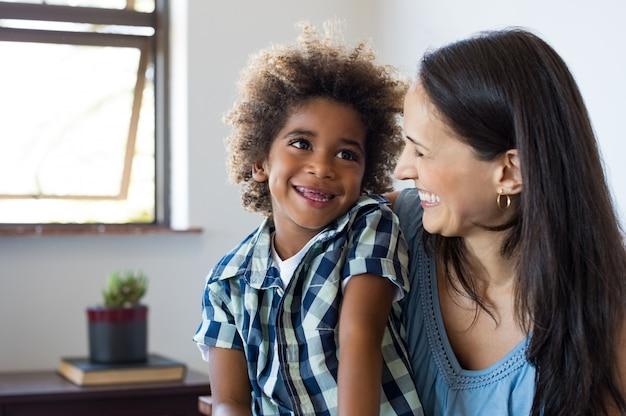 Madre e figlio che ridono