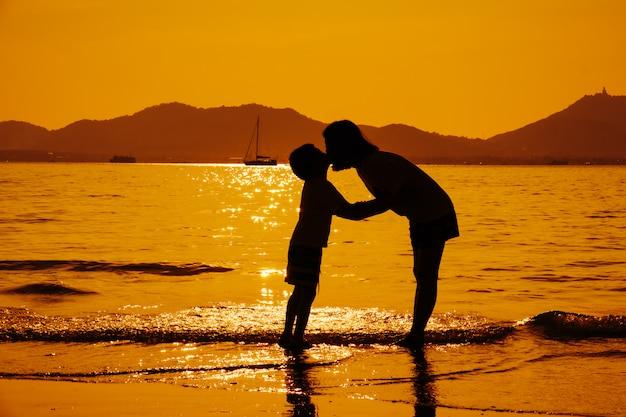 Una madre e un figlio dentro all'aperto al tramonto con lo spazio della copia