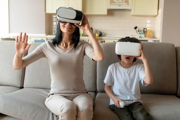 Madre e figlio giocano a un gioco di realtà virtuale
