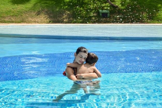 Madre e figlio nell'abbraccio della piscina