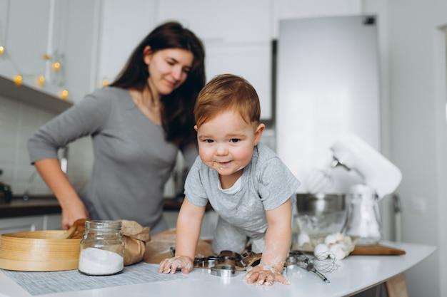 Madre e figlio che preparano la pasta