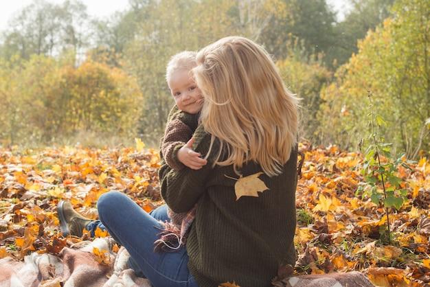 Madre e figlio nella soleggiata sosta d'autunno