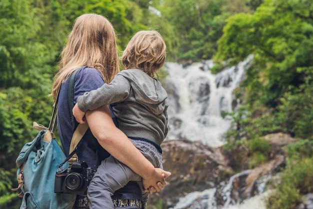 Madre e figlio sulla superficie della bellissima cascata datanla nella città di montagna di dalat, vietnam