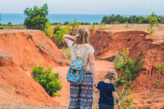 Madre e figlio viaggiatori nel canyon rosso vicino a mui ne, vietnam meridionale. viaggiare con il concetto di bambini.