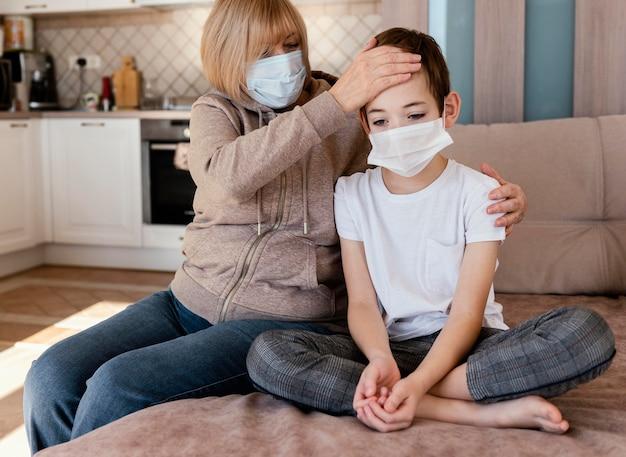 Madre e figlio che indossano maschera