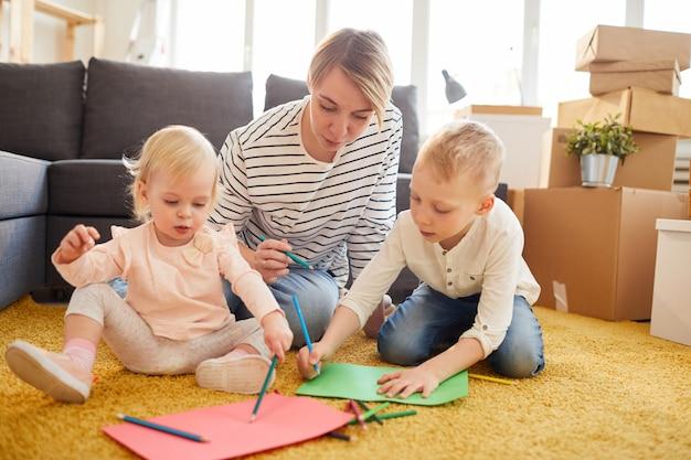 Madre che insegna ai bambini a disegnare