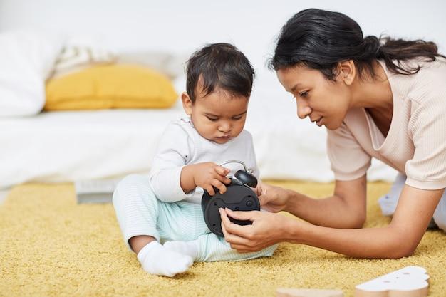 Madre che insegna a suo figlio a casa