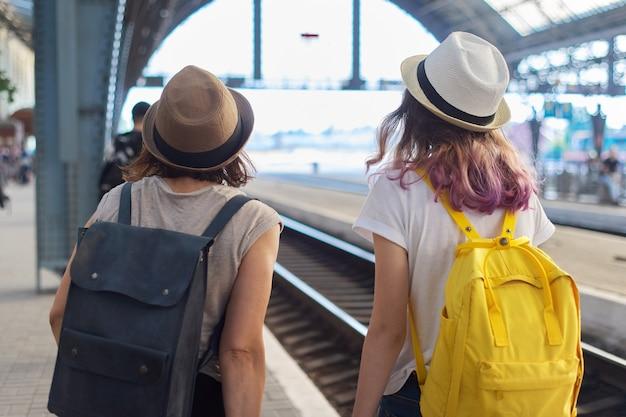 Madre e figlia adolescente in città a parlare