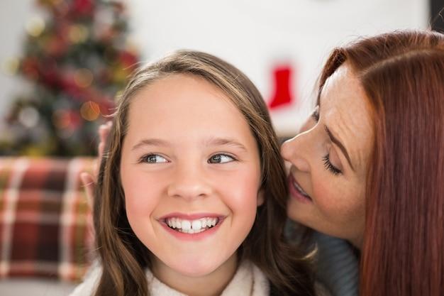 La mamma dice a sua figlia un segreto di natale