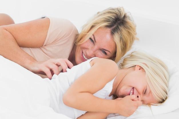 La mamma fa il solletico a sua figlia
