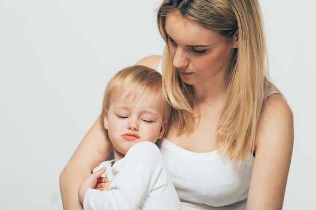Madre con bambino ritratto bambino donna con capelli biondi e figlia bacio