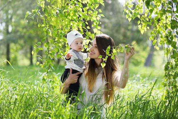 Madre con bambino sotto una betulla