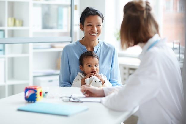 Madre con bambino in ospedale