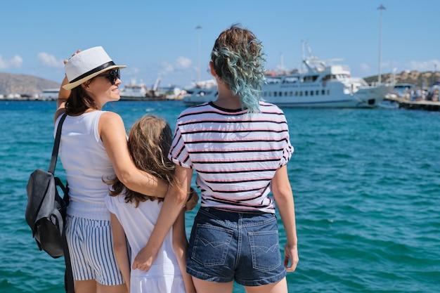 Madre con bambini vacanze estive del mediterraneo.