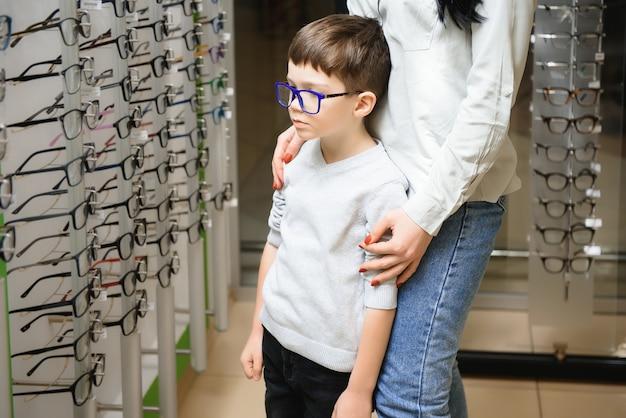 Madre con figlio carino. la famiglia compra gli occhiali