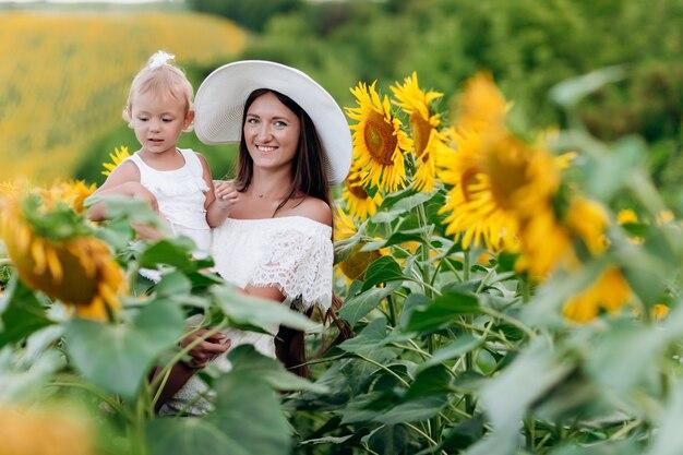 Madre con sua figlia in un campo di girasoli