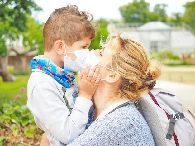 La madre con il figlio in maschera è in viaggio