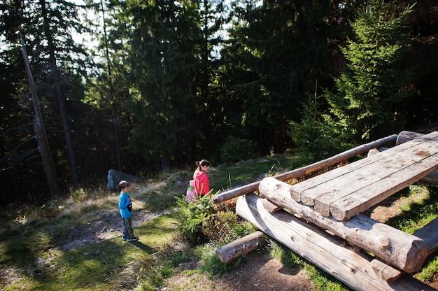 Madre con bambini in montagna. viaggi in famiglia ed escursioni con bambini.