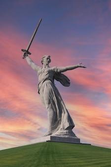 Monumento della patria su mamayev kurgan a volgograd