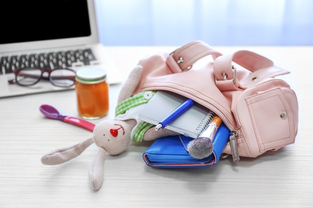 Borsa per mamme con accessori sul tavolo