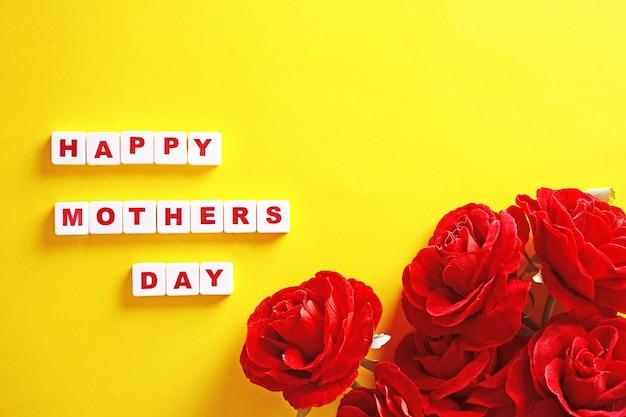 Fondo di giorno di madri con cuori e scatola rossa. sfondo giallo