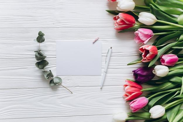 Concetto di giorno della madre bouquet di tulipani e carta con spazio di copia.