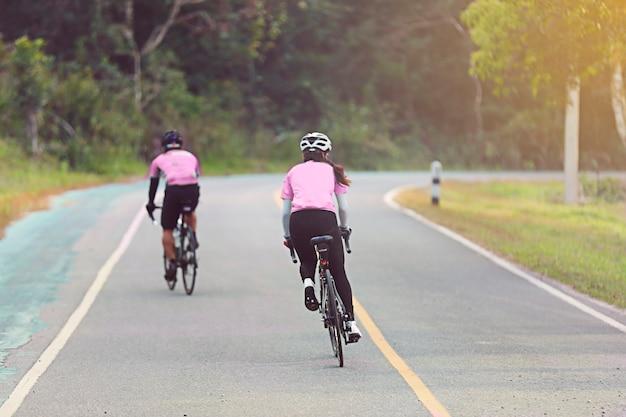 Movimento sfocata di donne asiatiche in bicicletta durante la gara su strada
