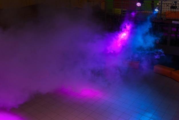 Il movimento è una goccia di fumo colorata il fumo che turbina nell'aria una luce colorata nell'astrazione