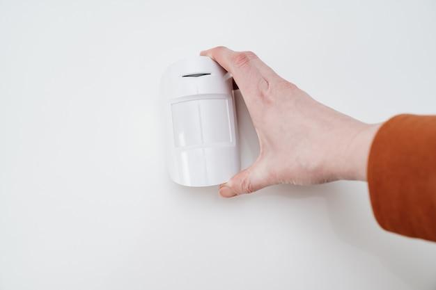 Sensore di movimento in mano su sfondo bianco