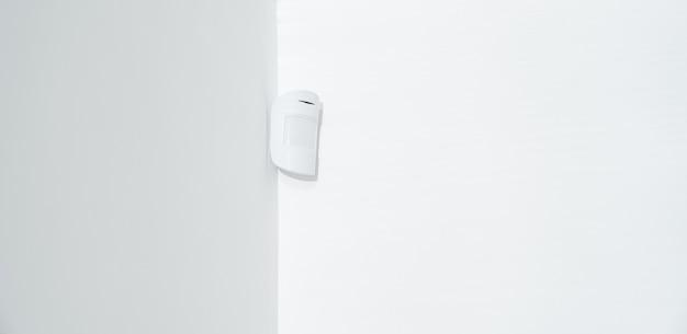 Sensore di movimento nell'angolo bianco. dispositivo che traccia il movimento degli oggetti.