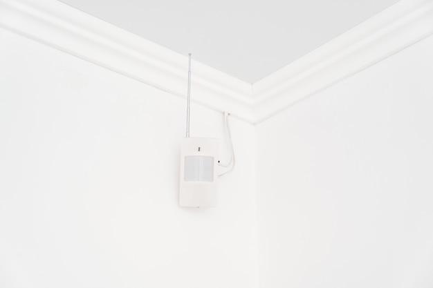 Il sensore di movimento sulla parete bianca