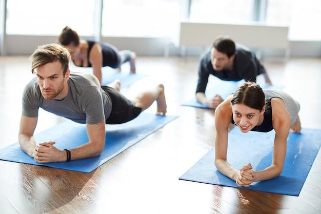 Giovani motivati che fanno la plancia del gomito