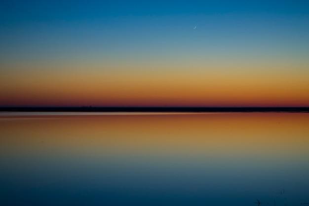 Motivazione e ispirazione un altro giorno vissutotramonto doppio riflesso nell'acqua e nel cielo nat...