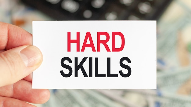 Parole motivazionali: hard skills. l'uomo tiene un pezzo di carta con il testo: hard skills. concetto di affari e finanza